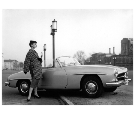 Berlin. Bambi in a wide jacket with houndstooth pattern from the fashion salon Staebe-Seger 1956 Photo FC Gundlach copia