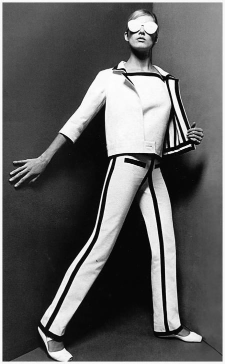 André Courrèges Spring-Summer collection 1965, suit in white cotton satin with navy grosgrain braid trim. Photo Willy Rizzo