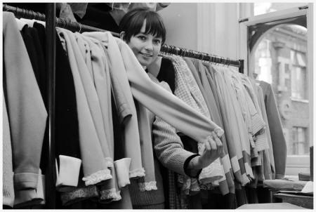 Anno 1963 Il giovane designer Caroline Charles creato i suoi primi campioni in un attico a Chelsea (Londra). %22Dopo la raffinatezza sexy degli anni '50, '60 l'ispirazione è stata la Youthquake
