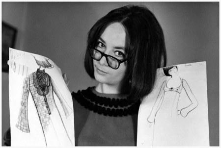 Caroline Charles con alcuni schizzi primi anni sessanta.