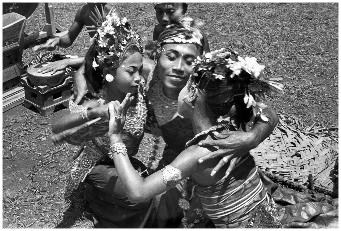 http://pleasurephotoroom.files.wordpress.com/2013/01/henri-cartier-bresson-sayan-bali-indonesia-1949.jpg