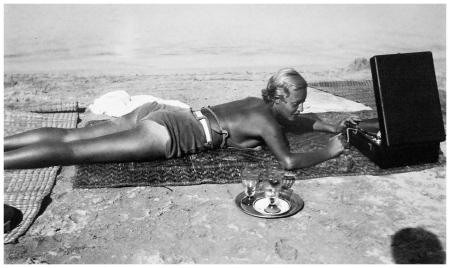 Jacques-Henri Lartigue, -Chou Valton. Playa de La Garoupe, Antibes 1932