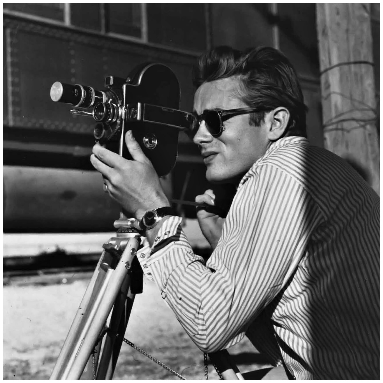 f5e9d1d9bf567a James Dean on the set of Giant