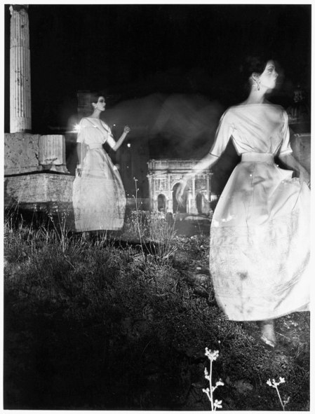 William Klein. Foro Romano, Dorothy Mc Gowan in un abito di Fabiani, 1957