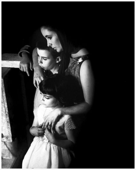 Elizabeth Taylor with her daughter on the set of the film Becket, watching Richard Burton playing a death scene, England, 1963 Eve Arnold