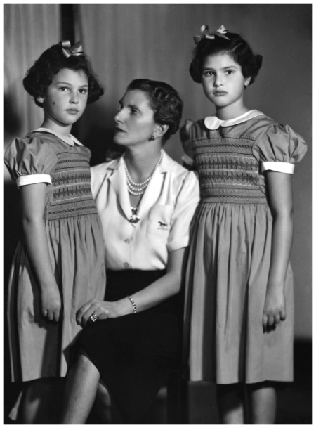 Giannalisa Feltrinelli con le figlie Ludina e Benedetta (da destra a sin) 1950 circa Foto Arturo Ghergo