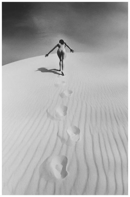 Jeanloup Sieff - Femme nue gravissant une dune, 1970