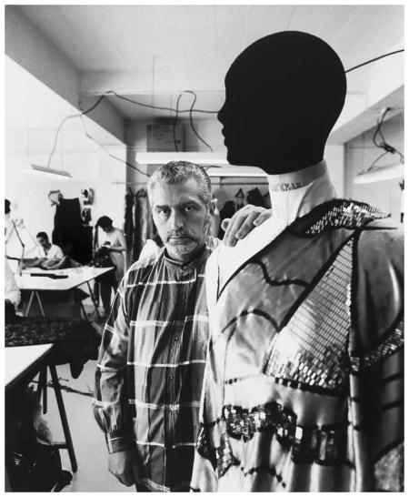 Paco Rabanne (né en 1934), couturier et écrivain espagnol, dans sa maison de couture. Paris, 1987
