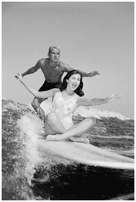 © Corbis Images H. Armstrong Roberts Cpuple surfing 1960