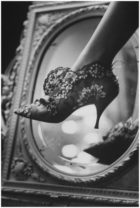 Photo Roger Vivier - evening boot - 1961 - vogue