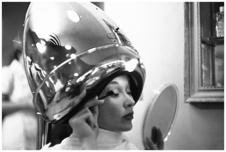 Condé Nast Montrose Digital Archive Lisa Fonssagrives-Penn 1949 with hair by Guillaume, sitting under a dryer and applying mascara Constantin Joffé
