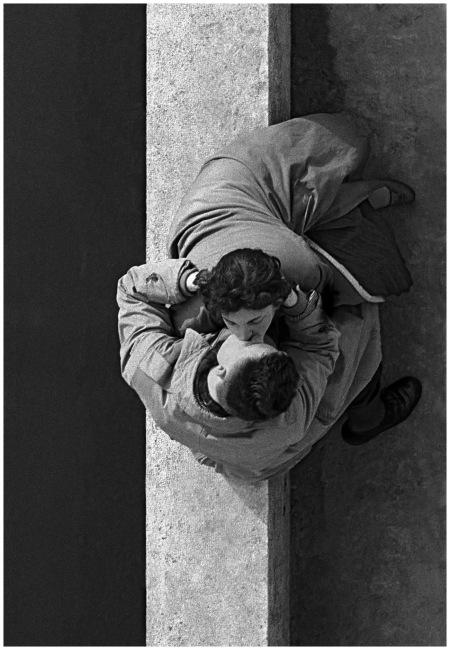 Frank Horvat – Les amoureux du Quai du Louvre, Paris, 1955