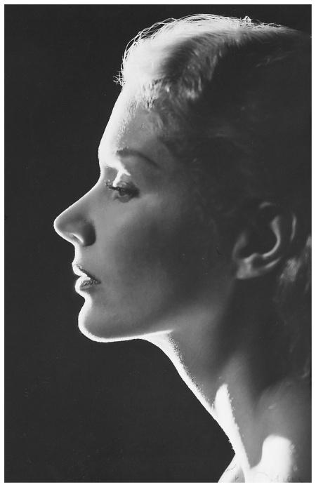 Lisa Fonssagrives, New York, 1948 signé 'Gene Fenn' (en bas à droite dans l'image)