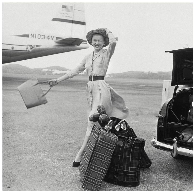 p Mrs. William McManus, editora de moda de Vogue entre 1952-63 a punto de subirse a un avión (1954) Photo Richard Rutledge