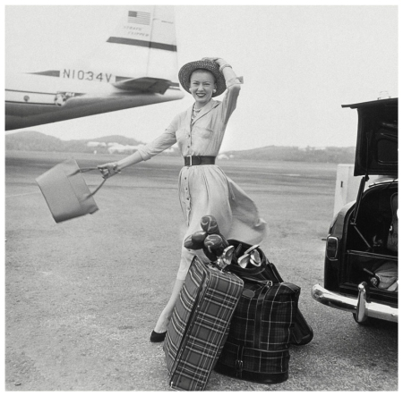 p Mrs. William McManus, editora de moda de Vogue entre 1952-63 a punto de subirse a un avión (1954) Photo Richard Rutledge