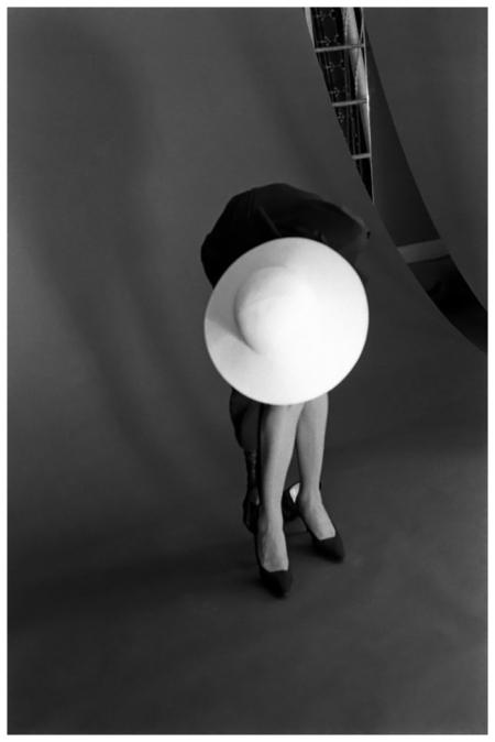 Photo Jerry Schatzberg Victoire Fixing Shoe - 1962