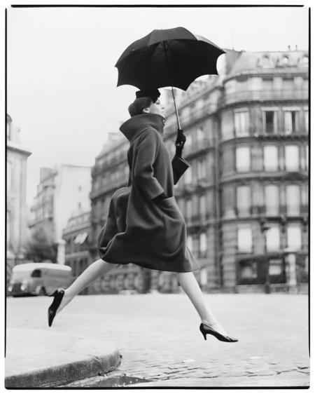 Photo Richard Avedon Carmen (homage to Munkacsi), Coat by Cardin, Place François-Premier, Paris, August 1957