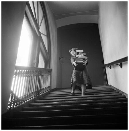 Una studentessa della Columbia University. La foto è stata scelta come copertina del libro di Kubrick Drama and shadows
