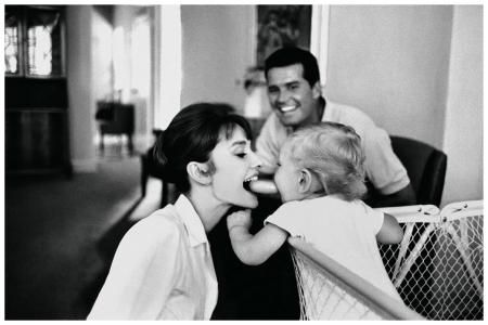 Bob Willoughby. Sean, il figlio che Audrey ebbe con Mel Ferrer, gioca allegro con sua madre mentre James Garner approva sorridend