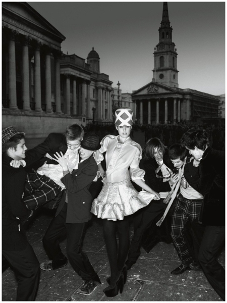 Agyness Deyn with Arthur Hughes-Hallett, Digby Bear, Jack Ovens, Lorcan Guinness, Toby Knott and Tom Phillips -vogue - 2006 - Photo Mario Testino