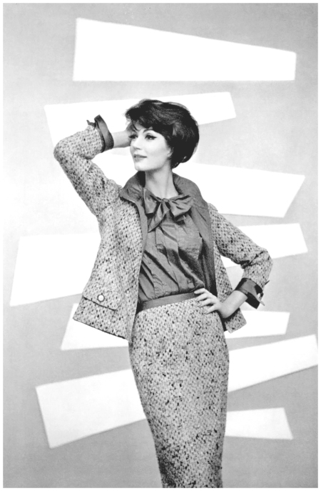 Simone d'Aillencourt in classic Chanel tweed suit, photo by Philippe Pottier, L'officiel de la mode n°433-434 - 1958