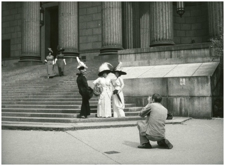 Bill Cunningham Photographing Three Models At New York County Court House - New-York Historical Society, Photo Bill Cunningham 1968-1976