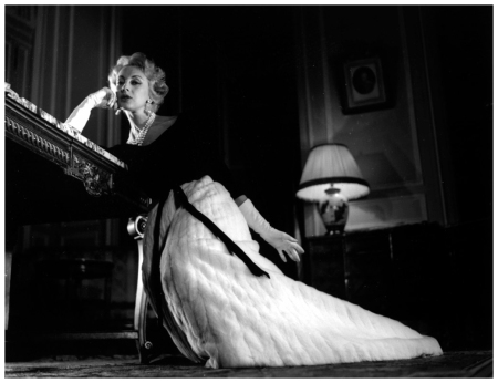 Balmain - Robe du soir - 1957. Photo Pierre Boulat