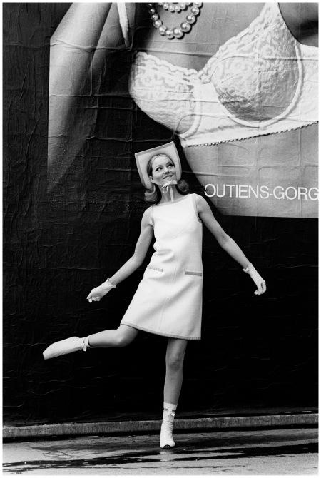 Courrèges - 1965 Devant une affiche pour les soutiens Georges Rosy Photo Pierre Boulat