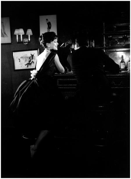Guy Laroche 1957 - Marie Hélène Arnaud -Top model de l'époque- au bar de chez Maxim's. Publié dans Life. Photo Pierre Boulat large