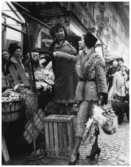 Marie Chantal en manteau d'Ocelot de Balmain, au marché de la rue Mouffetard . Elle choisi ses légumes en accord avec son panier. Publié dans Life - Paris 1955. Photo Pierre Boulat