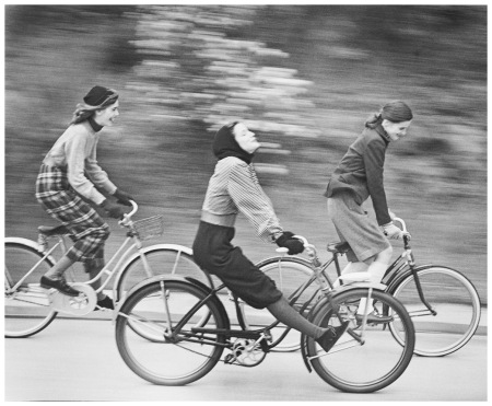 The bicycle riders, models Anne Norring and Ann Theophane Graham, New York 1946 Photo Hermann Landshoff