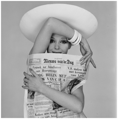 Advertising campaign De Telegraaf, 1963 model with newspaper Photo Paul Huf