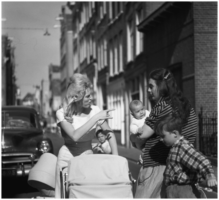 Amsterdam 1960 talking women with children and pram in the Jordan Photo Maria Austria