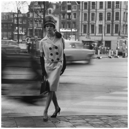 Amsterdam, model in kleding van modeontwerper Max Heymans, 1961 Photo Ed Suister