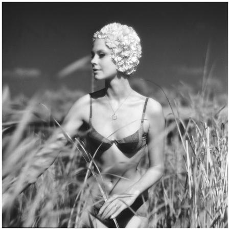 Breukelen 1961, Bonny Huf tussen riet in bikini met badmuts