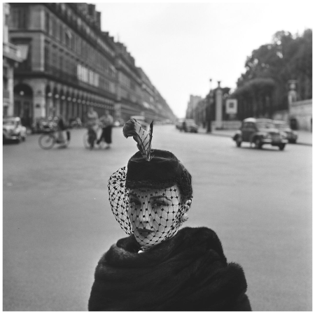Paris 1952, fashion model with hat on the Rue de Rivoli Photo Fred Brommet