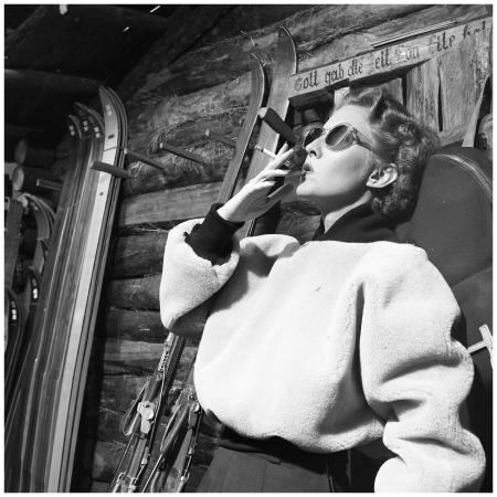 Rokende vrouw bij skihut, 1953 Photo Paul Huf