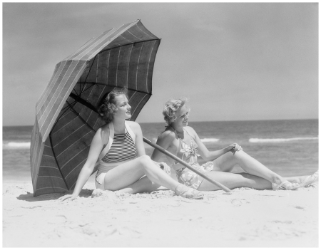 1930 under the umbrella bathers ladies H. Armstrong Roberts : Euro Press : Getty