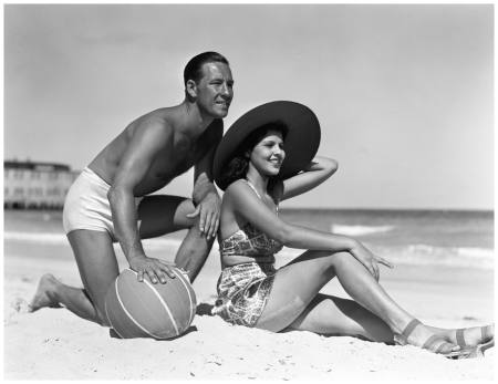 1940 beautiful people on the beach by H. Armstrong Roberts : Euro Press : Getty