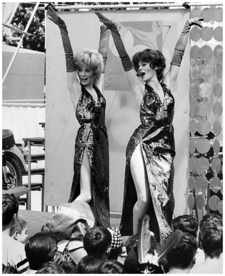 Catherine Deneuve and sister Françoise Dorléac (1966) Photo David Hurn