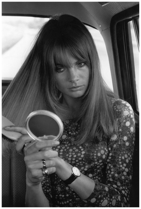 Jean Shrimpton brushing her hair in the back of a car. 1960's (Photo by Stan Meagher:Getty Images)