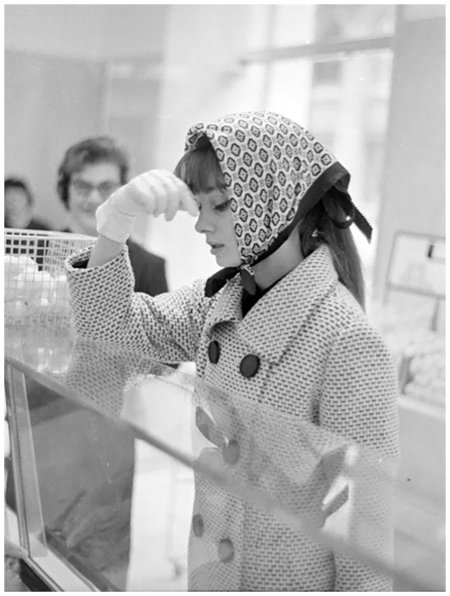 Audrey Hepburn in a grocery store, Rome, 1961 - Elio Sorci Paparazzo