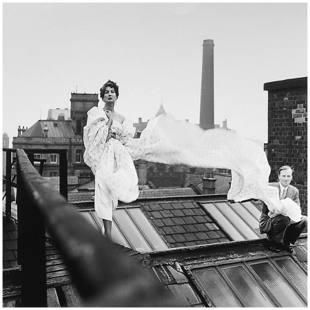 Elsbeth Juda, Barbara Goalen on roof draped in british cotton,1952,