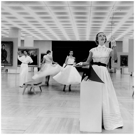 Elsbeth Juda, Models with Calder-Mobile in the museum of Sao Paolo, 1951 © Künstlerin