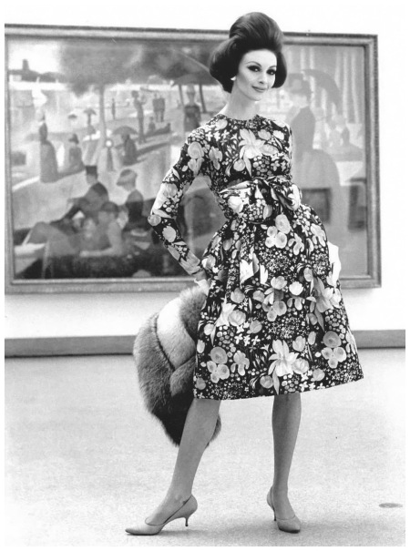 Photo - Chicago - Art Institute - Fashion Model Being Photographed in front of la grande Jatte  Photo Kennett Heilbron Whilielmina Cooper  1960