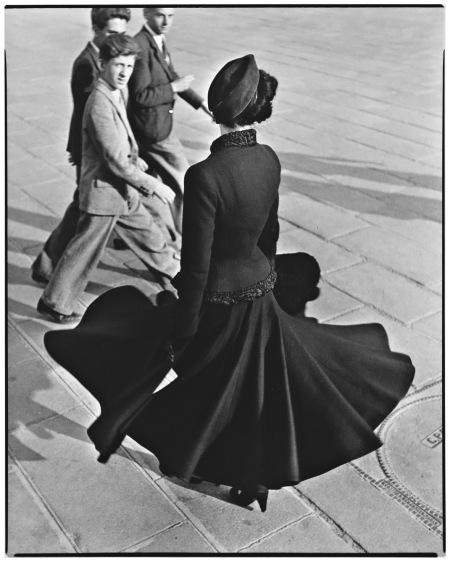 Renée, The New Look of Dior, Place de la Concorde, Paris, August, 1947 Photo Richard Avedon