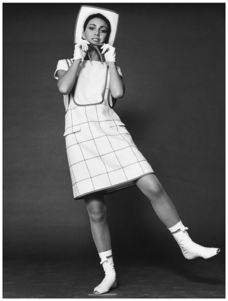 The first mini fashion by André Courrèges 1965 Photo FC Gundlach