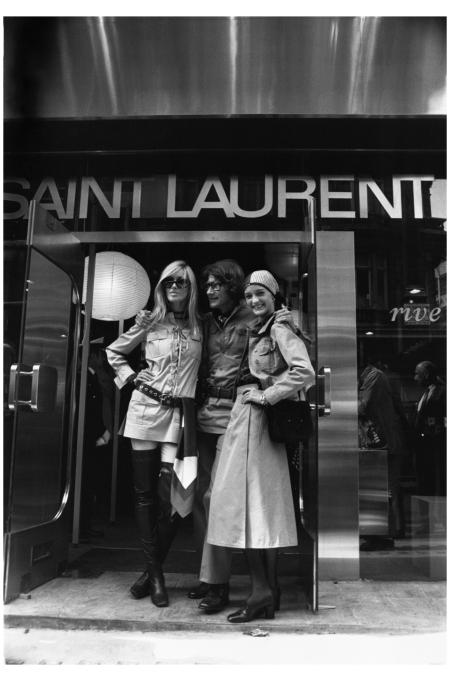 Lo stilista francese Yves Saint Laurent posa con le sue muse e amiche Betty Catrox, a sinistra e Louise de la Falaise, fuori dal suo nuovo negozio in New Bond Street, Londra. 1969. (Corbis)