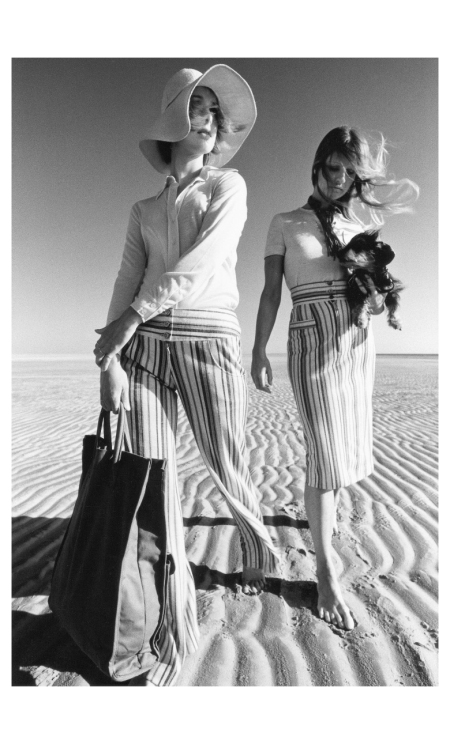 Françoise Rubartelli and Sue (with chairs) in holiday and Free time fashions from diols in natural : brown, beach ensemble models hawk. St. Peter Ording 1971 Photo F.C.Gundlach