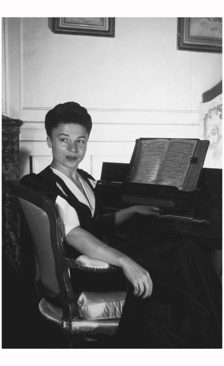 Madame Carven 1940's Rex b